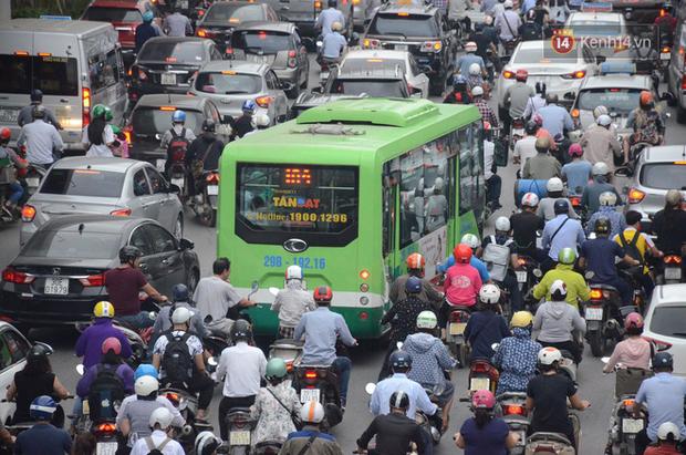 Ảnh và clip: Đường phố Hà Nội, Sài Gòn tắc nghẽn kinh hoàng trong ngày đầu người dân đi làm sau kỳ nghỉ lễ - Ảnh 4.