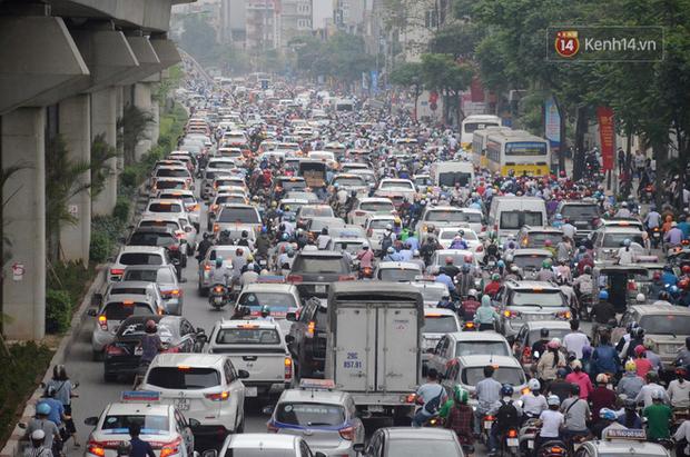 Ảnh và clip: Đường phố Hà Nội, Sài Gòn tắc nghẽn kinh hoàng trong ngày đầu người dân đi làm sau kỳ nghỉ lễ - Ảnh 5.