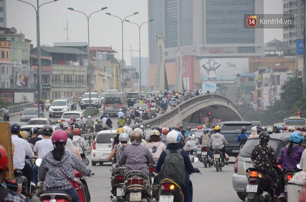 Ảnh và clip: Đường phố Hà Nội, Sài Gòn tắc nghẽn kinh hoàng trong ngày đầu người dân đi làm sau kỳ nghỉ lễ - Ảnh 9.