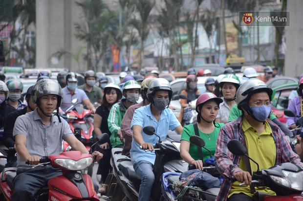 Ảnh và clip: Đường phố Hà Nội, Sài Gòn tắc nghẽn kinh hoàng trong ngày đầu người dân đi làm sau kỳ nghỉ lễ - Ảnh 10.