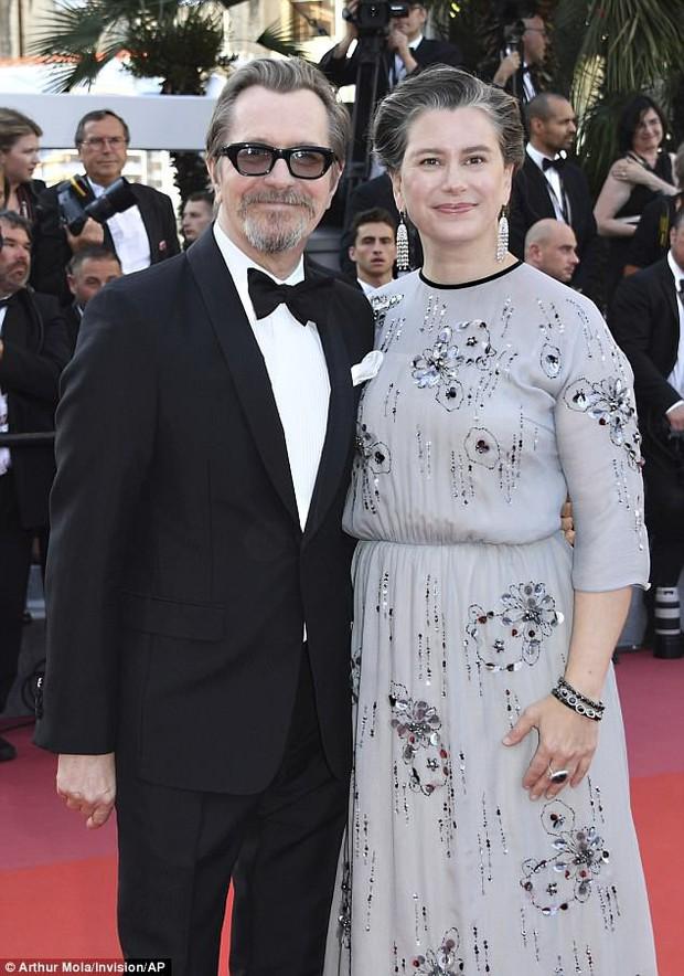 Thảm đỏ bế mạc LHP Cannes: Kristen lộ quầng thâm kém sắc, người đẹp Pháp khoe vòng 1 chiếm hết sự chú ý - Ảnh 10.
