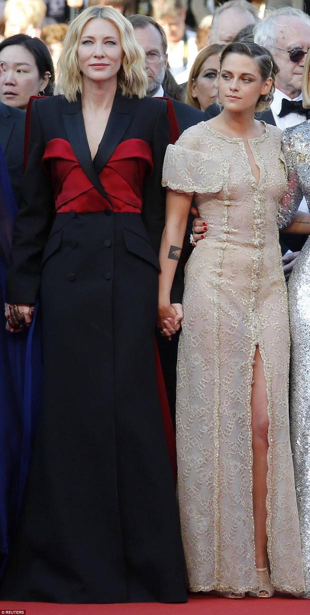Thảm đỏ bế mạc LHP Cannes: Kristen lộ quầng thâm kém sắc, người đẹp Pháp khoe vòng 1 chiếm hết sự chú ý - Ảnh 6.