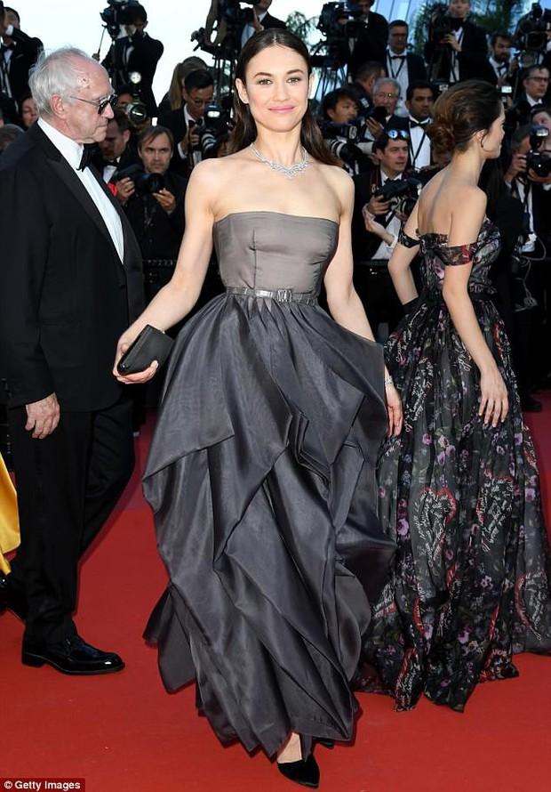 Thảm đỏ bế mạc LHP Cannes: Kristen lộ quầng thâm kém sắc, người đẹp Pháp khoe vòng 1 chiếm hết sự chú ý - Ảnh 9.