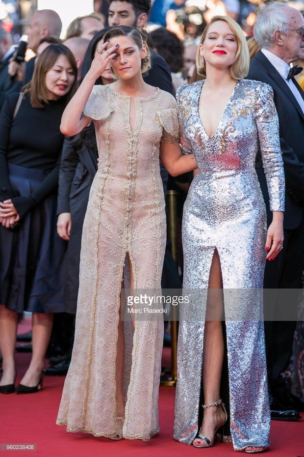 Thảm đỏ bế mạc LHP Cannes: Kristen lộ quầng thâm kém sắc, người đẹp Pháp khoe vòng 1 chiếm hết sự chú ý - Ảnh 2.