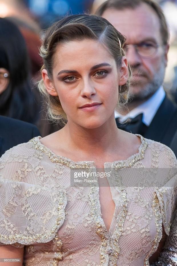Thảm đỏ bế mạc LHP Cannes: Kristen lộ quầng thâm kém sắc, người đẹp Pháp khoe vòng 1 chiếm hết sự chú ý - Ảnh 1.