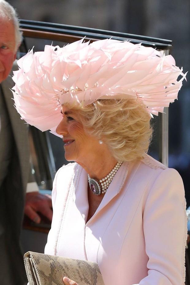 Mặc nguyên một cây hồng với mũ lông, nhìn nữ công tước này mà nghĩ ngay đến cô nàng lắm chiêu Angela Phương Trinh  - Ảnh 3.