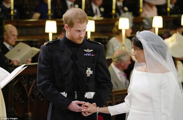 """Cố gắng giữ bình tĩnh hết mức nhưng Hoàng tử Harry vẫn bị """"bóc phốt đang run lẩy bẩy vì những hành động vô thức này - Ảnh 3."""