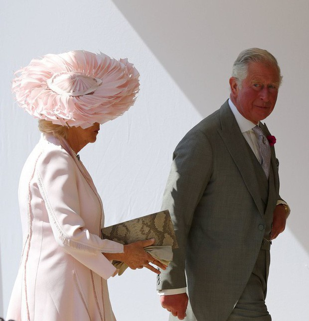 Mặc nguyên một cây hồng với mũ lông, nhìn nữ công tước này mà nghĩ ngay đến cô nàng lắm chiêu Angela Phương Trinh  - Ảnh 4.