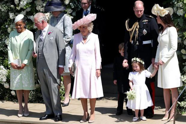 Mặc nguyên một cây hồng với mũ lông, nhìn nữ công tước này mà nghĩ ngay đến cô nàng lắm chiêu Angela Phương Trinh  - Ảnh 5.