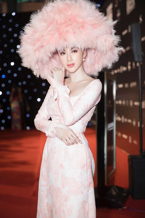 Mặc nguyên một cây hồng với mũ lông, nhìn nữ công tước này mà nghĩ ngay đến cô nàng lắm chiêu Angela Phương Trinh  - Ảnh 6.
