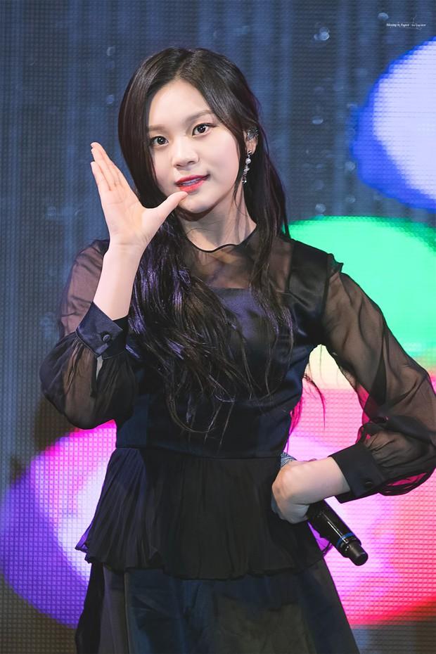 Tranh cãi việc nữ thần bị ném đá nhiều nhất và thảm họa thẩm mỹ mới của Kpop tranh nhau hạng 1 top idol hot - Ảnh 5.