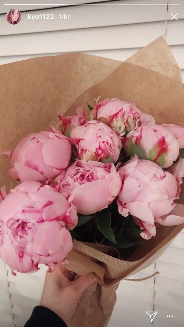 Rần rần khi Song Hye Kyo khoe ảnh hoa ông xã tặng, cùng vợ chồng nàng cỏ đăng ảnh kỷ niệm một ngày đặc biệt - Ảnh 2.