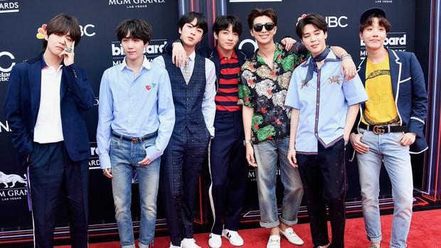 Đã nhận giải thưởng danh giá tại Billboard Music Awards, BTS còn được dân tình khen lấy khen để vì da đẹp - Ảnh 1.