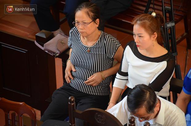 """Người nhà 9 nạn nhân tử vong do chạy thận nghẹn ngào trước tòa: """"Bác sĩ Lương không có tội, chúng tôi mong tòa tuyên ông ấy vô tội"""" - Ảnh 3."""