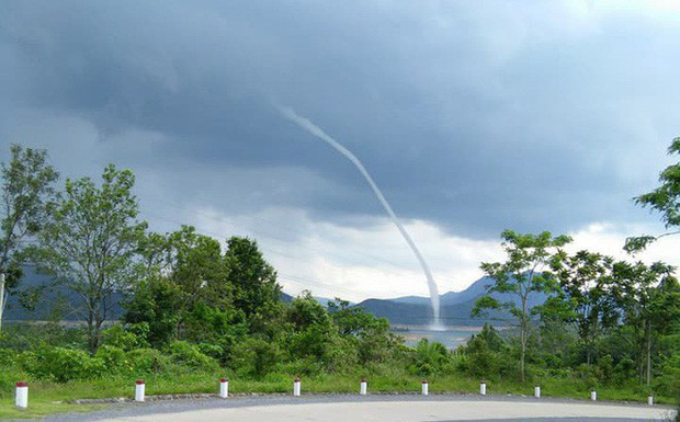 Lý giải về cột nước cuộn cao cả trăm mét xuất hiện giữa cơn sấm sét ở Quảng Trị - Ảnh 1.