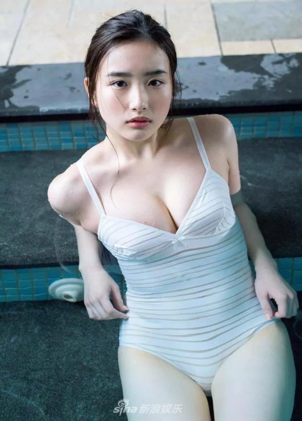 Mặt ngây thơ nhưng body bốc lửa, mỹ nhân sinh năm 2000 này chính là gương mặt trang bìa Playboy Nhật Bản - Ảnh 4.