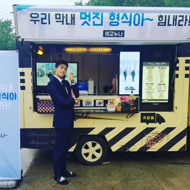 Mỹ nam Người thừa kế Park Hyung Sik khoe được Song Hye Kyo tặng quà, fan tò mò mối quan hệ giữa 2 ngôi sao - Ảnh 1.