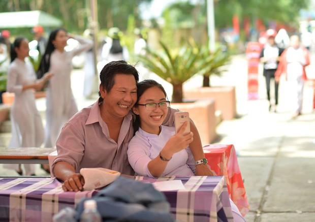 Ông bố đèo cả bình khí đi làm vẫn tranh thủ đến trường selfie cùng con gái trong lễ tổng kết cuối năm - Ảnh 2.