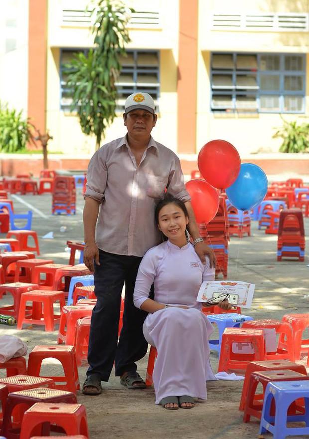 Ông bố đèo cả bình khí đi làm vẫn tranh thủ đến trường selfie cùng con gái trong lễ tổng kết cuối năm - Ảnh 4.
