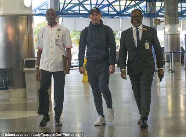 Rooney ra sân bay sang Mỹ, chuẩn bị ký hợp đồng nhận lương 3,7 triệu bảng một năm - Ảnh 1.