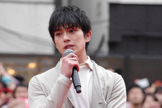 Lật lại bê bối tình dục chấn động của tài tử Nhật: 14 tuổi đã có con với bạn của mẹ - Ảnh 1.