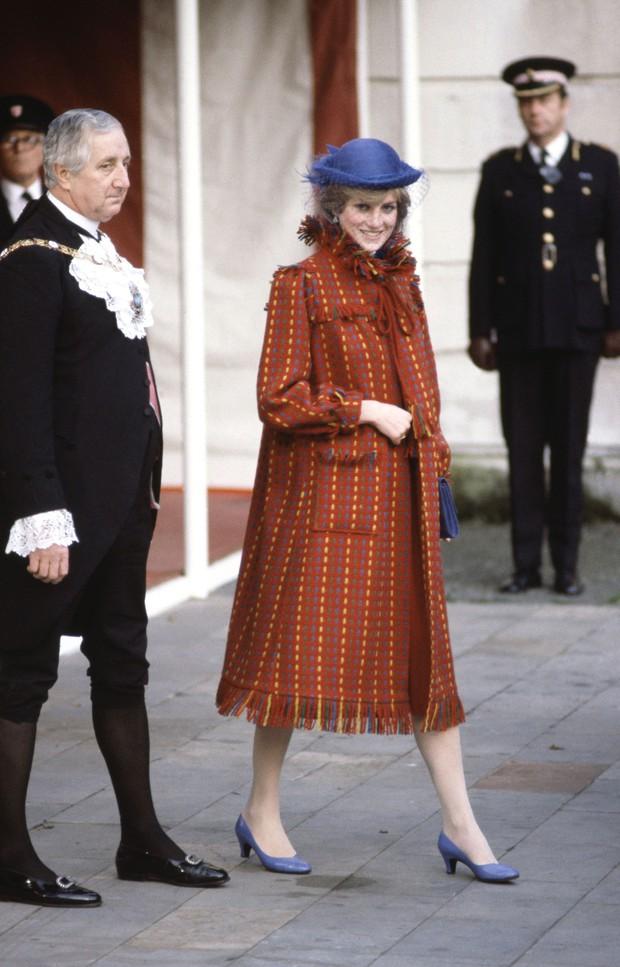 Nhan sắc và khí chất hoàn hảo của cố Công nương Diana trong những khoảnh khắc xưa - Ảnh 8.