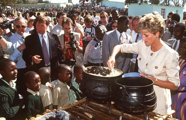 Nhan sắc và khí chất hoàn hảo của cố Công nương Diana trong những khoảnh khắc xưa - Ảnh 21.