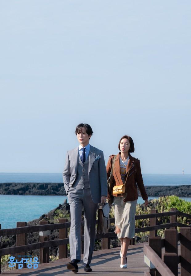 Phim mới của Hwang Jung Eum: Khi cái hài lố trở nên duyên hơn nhờ nam chính - Ảnh 4.