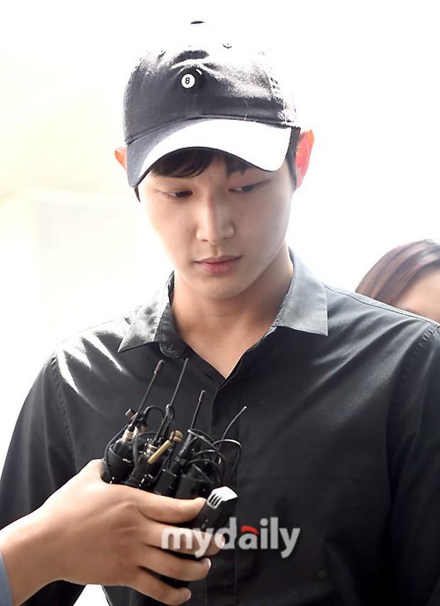 Quấy rối và dùng dao đe dọa sao nữ, mỹ nam Yêu không kiểm soát gây chú ý trong lần triệu tập đầu tiên - Ảnh 6.