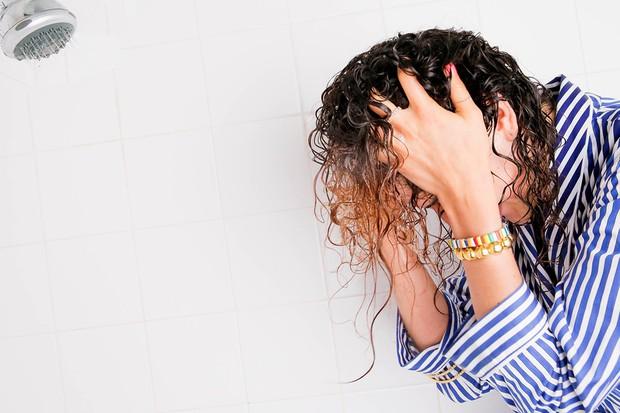 Áp dụng ngay những mẹo này để tạm biệt bệnh ngứa da đầu những ngày nắng nóng - Ảnh 1.