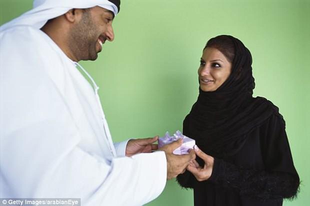 Người đàn ông Dubai ly dị vợ sau 15 phút kết hôn vì bố vợ quá mê tiền - Ảnh 1.