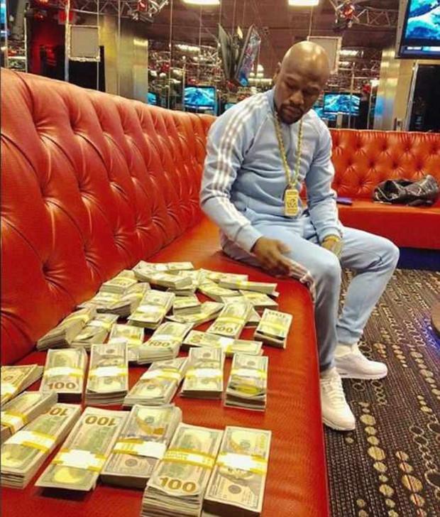 Mayweather tiết lộ sở thích khoe tiền và cuộc sống sang chảnh - Ảnh 1.