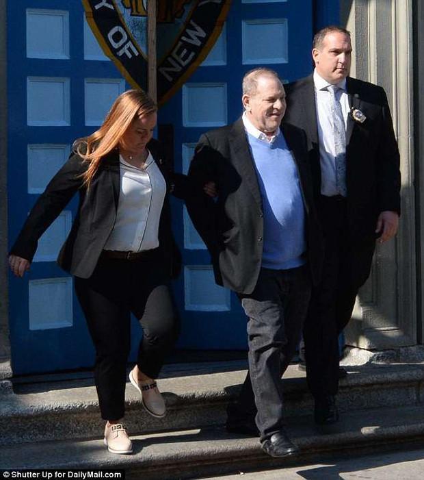 Ông trùm Hollywood tươi cười khi bị còng tay đưa tới tòa, đối mặt cáo buộc cưỡng bức nhiều phụ nữ - Ảnh 1.