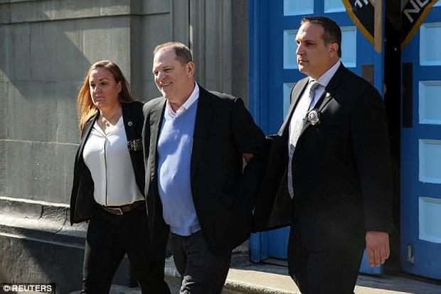 Ông trùm Hollywood tươi cười khi bị còng tay đưa tới tòa, đối mặt cáo buộc cưỡng bức nhiều phụ nữ - Ảnh 2.