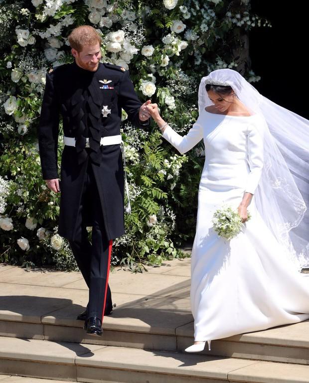 NTK yêu thích của Công nương Kate chê váy cưới của Meghan Markle bị rộng và trông giống một mẫu váy của tôi - Ảnh 1.
