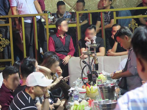 Hàng trăm dân chơi nghi phê ma tuý tháo chạy khi cảnh sát ập vào kiểm tra quán bar ở trung tâm Sài Gòn - Ảnh 1.
