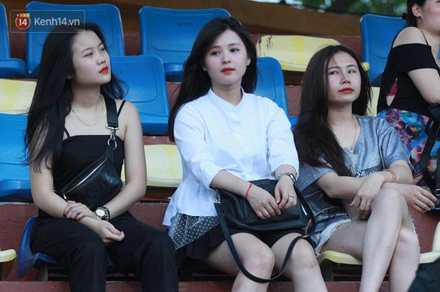 Bạn gái Nhật Lê tiếp lửa trên khán đài, Quang Hải thi đấu bùng nổ dưới sân - Ảnh 3.