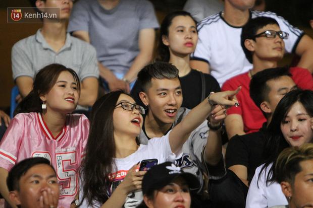 Bạn gái Nhật Lê tiếp lửa trên khán đài, Quang Hải thi đấu bùng nổ dưới sân - Ảnh 2.