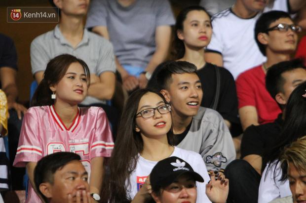 Bạn gái Nhật Lê tiếp lửa trên khán đài, Quang Hải thi đấu bùng nổ dưới sân - Ảnh 1.