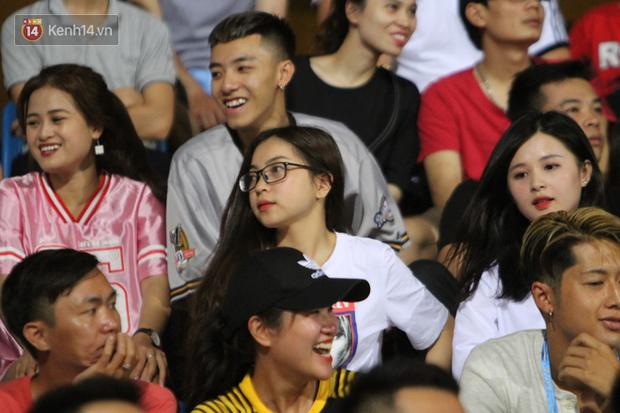 Bạn gái Nhật Lê tiếp lửa trên khán đài, Quang Hải thi đấu bùng nổ dưới sân - Ảnh 4.