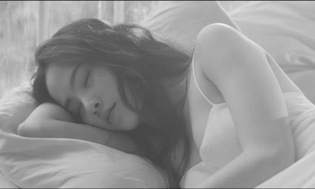 Nam Em hát tiếng Thái, gây ám ảnh với tạo hình ma nữ khóc ra máu trong MV mới - Ảnh 6.