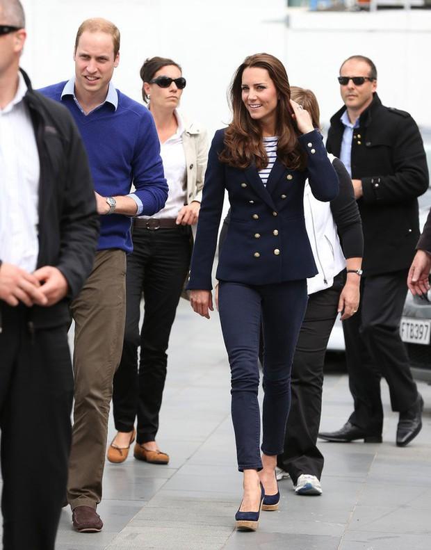 Lần đầu lộ diện sau đám cưới hoàng gia, Kate Middleton chọn đầm Zara cùng túi tote vô cùng thoải mái - Ảnh 10.