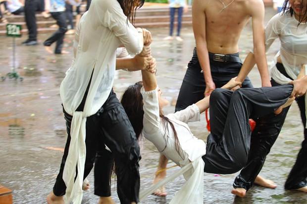 Chùm ảnh: Đang chụp kỷ yếu thì có cơn mưa nhẹ, thế là cả lớp bỏ tạo dáng ra vầy nước cùng nhau cho mát - Ảnh 4.