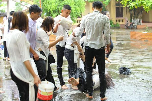 Chùm ảnh: Đang chụp kỷ yếu thì có cơn mưa nhẹ, thế là cả lớp bỏ tạo dáng ra vầy nước cùng nhau cho mát - Ảnh 2.