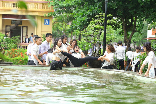 Chùm ảnh: Đang chụp kỷ yếu thì có cơn mưa nhẹ, thế là cả lớp bỏ tạo dáng ra vầy nước cùng nhau cho mát - Ảnh 9.