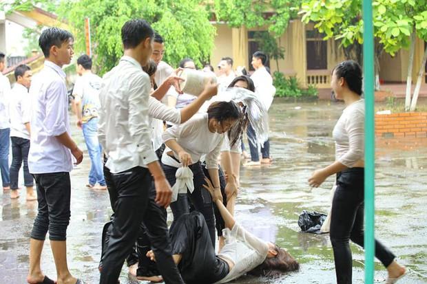 Chùm ảnh: Đang chụp kỷ yếu thì có cơn mưa nhẹ, thế là cả lớp bỏ tạo dáng ra vầy nước cùng nhau cho mát - Ảnh 1.