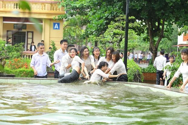 Chùm ảnh: Đang chụp kỷ yếu thì có cơn mưa nhẹ, thế là cả lớp bỏ tạo dáng ra vầy nước cùng nhau cho mát - Ảnh 11.