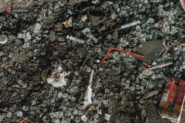 Ống kim tiêm còn dính máu tươi và rác thải bốc mùi hôi thối dưới gầm đường sắt trên cao Cát Linh - Hà Đông - Ảnh 5.