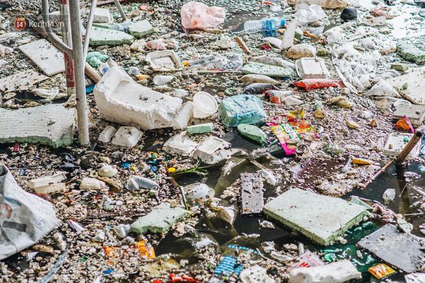Ống kim tiêm còn dính máu tươi và rác thải bốc mùi hôi thối dưới gầm đường sắt trên cao Cát Linh - Hà Đông - Ảnh 4.