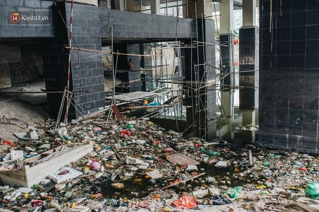 Ống kim tiêm còn dính máu tươi và rác thải bốc mùi hôi thối dưới gầm đường sắt trên cao Cát Linh - Hà Đông - Ảnh 3.